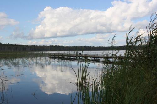 Seelandschaft mit Brücke