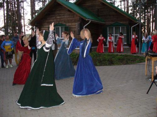 Folklore Tanzaufführung am See